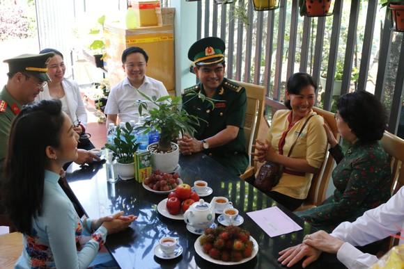 Lãnh đạo TPHCM thăm hỏi gia đình chính sách và tặng thiết bị trường học tại Côn Đảo ảnh 4