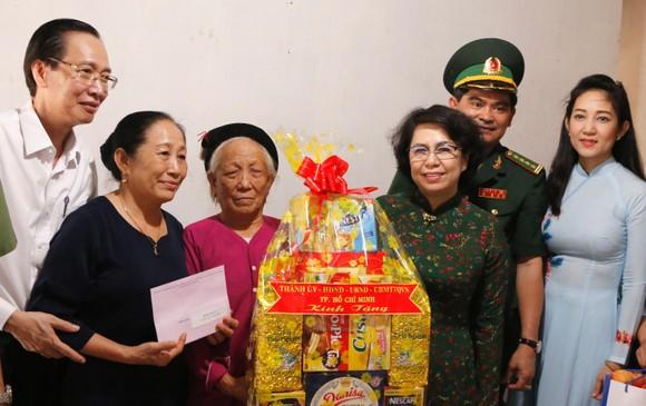 Lãnh đạo TPHCM thăm hỏi gia đình chính sách và tặng thiết bị trường học tại Côn Đảo ảnh 3
