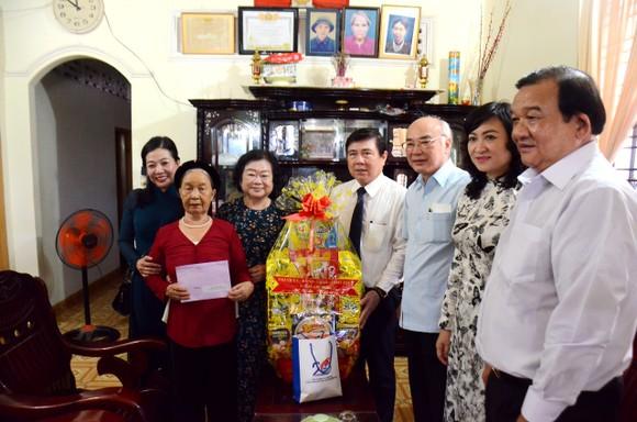 Lãnh đạo TPHCM thăm hỏi gia đình chính sách và tặng thiết bị trường học tại Côn Đảo ảnh 1
