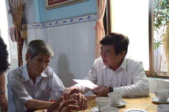 Lãnh đạo TPHCM thăm hỏi gia đình chính sách và tặng thiết bị trường học tại Côn Đảo ảnh 2