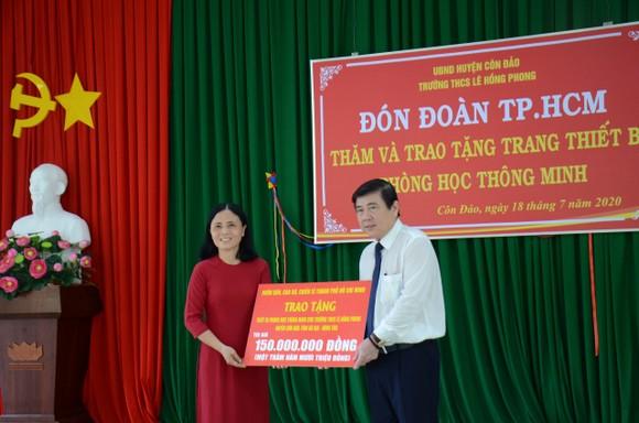 Lãnh đạo TPHCM thăm hỏi gia đình chính sách và tặng thiết bị trường học tại Côn Đảo ảnh 5