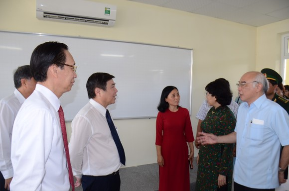 Lãnh đạo TPHCM thăm hỏi gia đình chính sách và tặng thiết bị trường học tại Côn Đảo ảnh 6