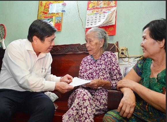 Chủ tịch UBND TPHCM Nguyễn Thành Phong thăm gia đình chính sách ảnh 1
