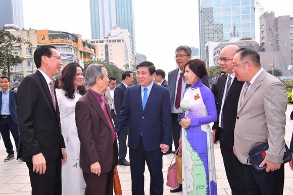Lãnh đạo TPHCM và đại biểu kiều bào dâng hoa Chủ tịch Hồ Chí Minh ảnh 3