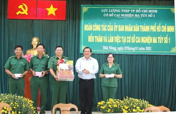 Giám đốc Sở LĐTB-XH TPHCM Lê Minh Tấn thăm, chúc tết cơ sở cai nghiện ma túy ảnh 3
