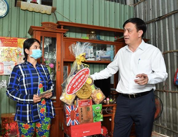 Phó Chủ tịch UBND TPHCM Lê Hòa Bình thăm, chúc tết người dân có hoàn cảnh khó khăn tại huyện Củ Chi ảnh 1