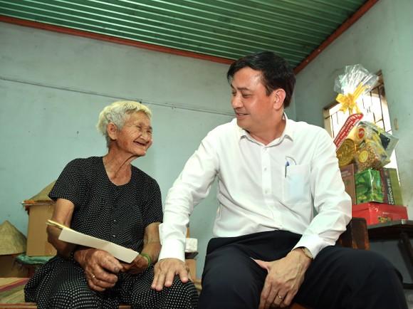 Phó Chủ tịch UBND TPHCM Lê Hòa Bình thăm, chúc tết người dân có hoàn cảnh khó khăn tại huyện Củ Chi ảnh 2
