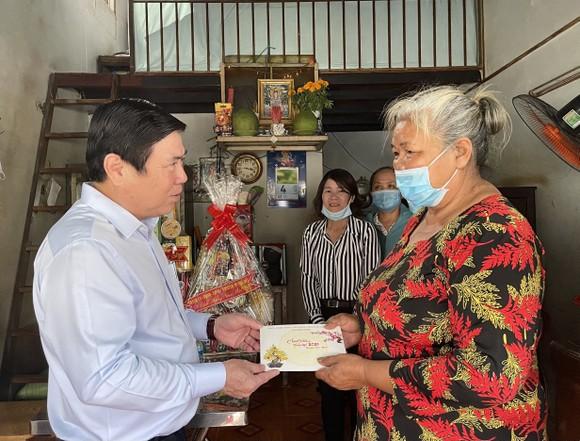 Chủ tịch UBND TPHCM Nguyễn Thành Phong thăm, chúc tết các đơn vị và người dân ảnh 4