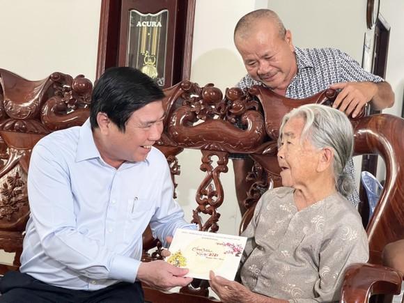 Chủ tịch UBND TPHCM Nguyễn Thành Phong thăm, chúc tết các đơn vị và người dân ảnh 7