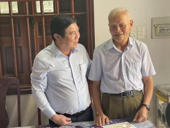 Chủ tịch UBND TPHCM Nguyễn Thành Phong thăm, chúc tết các đơn vị và người dân ảnh 6