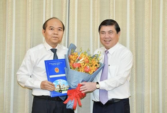 Chủ tịch UBND TPHCM Nguyễn Thành Phong trao các quyết định nhân sự chủ chốt ảnh 1