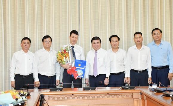 Chủ tịch UBND TPHCM Nguyễn Thành Phong trao các quyết định nhân sự chủ chốt ảnh 5