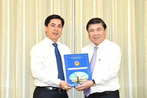 Chủ tịch UBND TPHCM Nguyễn Thành Phong trao quyết định cho đồng chí Triệu Đỗ Hồng Phước. Ảnh: VIỆT DŨNG