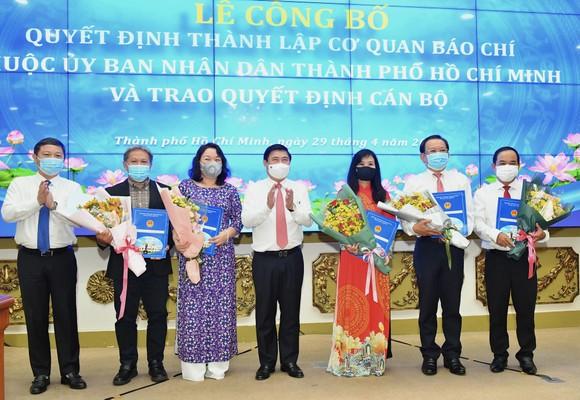 Chủ tịch UBND TPHCM Nguyễn Thành Phong trao quyết định thành lập các cơ quan báo chí và bổ nhiệm nhân sự ảnh 1