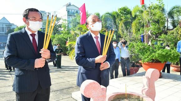 Chủ tịch nước Nguyễn Xuân Phúc dâng hoa, dâng hương tại các di tích lịch sử ở huyện Hóc Môn - TPHCM ảnh 1