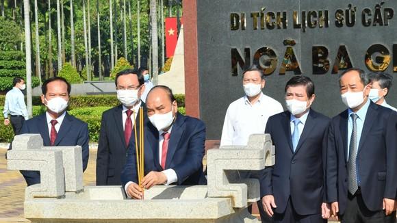 Chủ tịch nước Nguyễn Xuân Phúc dâng hoa, dâng hương tại các di tích lịch sử ở huyện Hóc Môn - TPHCM ảnh 4