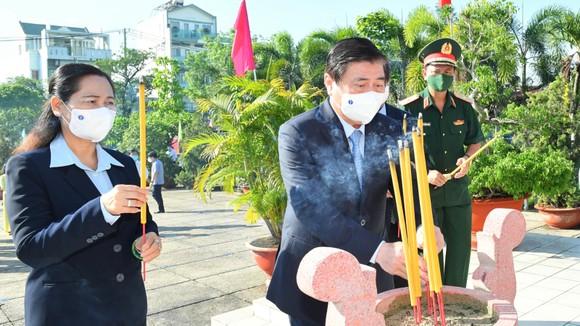 Chủ tịch nước Nguyễn Xuân Phúc dâng hoa, dâng hương tại các di tích lịch sử ở huyện Hóc Môn - TPHCM ảnh 2