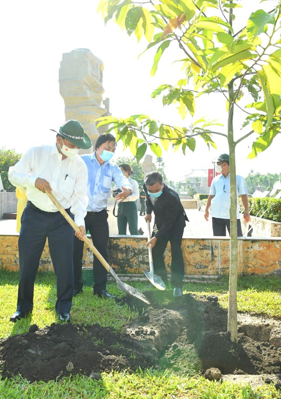 Chủ tịch nước Nguyễn Xuân Phúc dâng hoa, dâng hương tại các di tích lịch sử ở huyện Hóc Môn - TPHCM ảnh 5