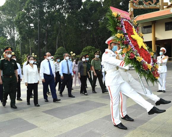 Chủ tịch nước Nguyễn Xuân Phúc viếng Đền tưởng niệm Liệt sĩ Bến Dược tại huyện Củ Chi - TPHCM ảnh 1