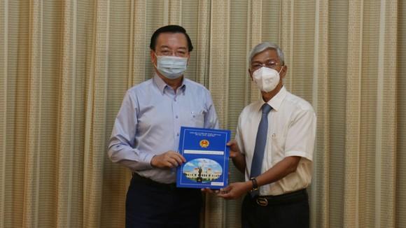 Phó Chủ tịch UBND TPHCM Võ Văn Hoan trao quyết định điều động ông Lê Hồng Sơn tới nhận công tác tại Thành ủy TPHCM