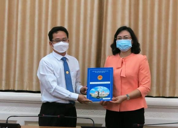 Phó Chủ tịch UBND TPHCM Phan Thị Thắng trao quyết định điều động ông Phạm Minh Tuấn