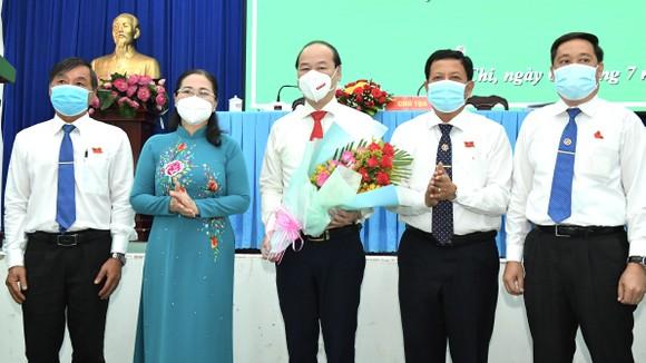 Chủ tịch HĐND TPHCM Nguyễn Thị Lệ chúc mừng Thường trực HĐND huyện Củ Chi nhiệm kỳ 2021-2026. Ảnh: VIỆT DŨNG