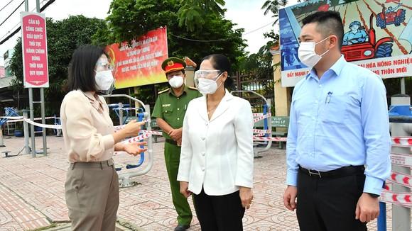 Chủ tịch HĐND TPHCM Nguyễn Thị Lệ kiểm tra công tác phòng, chống dịch Covid-19 trên địa bàn huyện Củ Chi. Ảnh: VIỆT DŨNG