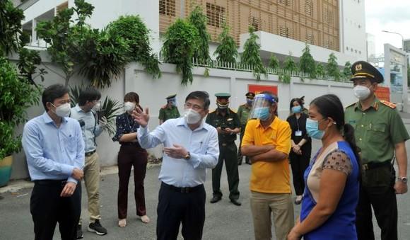 Chủ tịch UBND TPHCM Nguyễn Thành Phong: Y tế sẽ tới tận nhà tiêm vaccine cho người dân ảnh 1