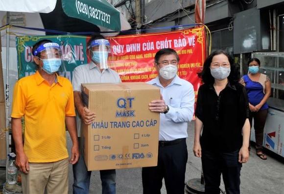 Chủ tịch UBND TPHCM Nguyễn Thành Phong: Y tế sẽ tới tận nhà tiêm vaccine cho người dân ảnh 2