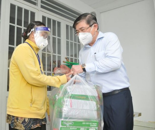 Chủ tịch UBND TPHCM Nguyễn Thành Phong: Y tế sẽ tới tận nhà tiêm vaccine cho người dân ảnh 5