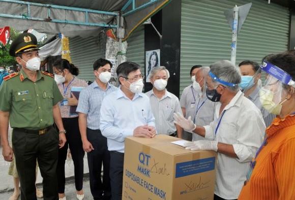 Chủ tịch UBND TPHCM Nguyễn Thành Phong: Y tế sẽ tới tận nhà tiêm vaccine cho người dân ảnh 3