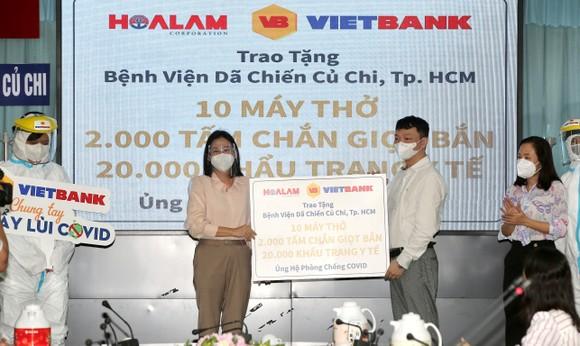 Chủ tịch HĐND TPHCM Nguyễn Thị Lệ cùng các đại biểu trao tận tay 10.000 phần quà hỗ trợ người dân ảnh 14