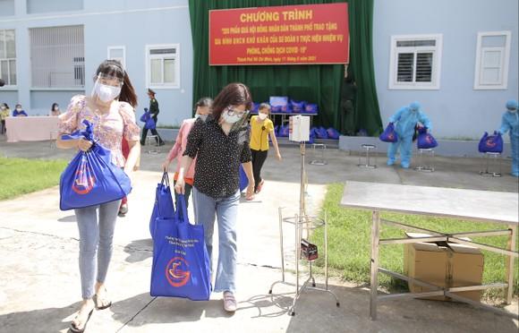 Chủ tịch HĐND TPHCM Nguyễn Thị Lệ cùng các đại biểu trao tận tay 10.000 phần quà hỗ trợ người dân ảnh 10
