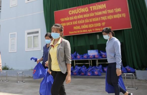 Chủ tịch HĐND TPHCM Nguyễn Thị Lệ cùng các đại biểu trao tận tay 10.000 phần quà hỗ trợ người dân ảnh 12