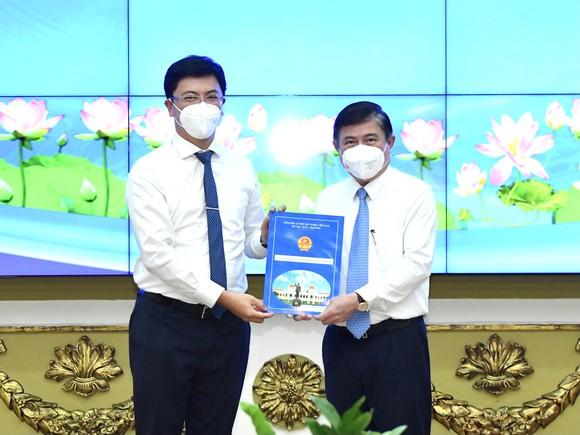 Chủ tịch UBND TPHCM Nguyễn Thành Phong bổ nhiệm Chủ tịch UBND quận 5, quận 12 ảnh 3