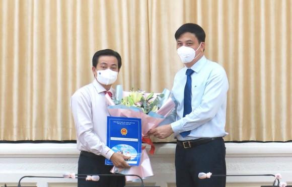 Phó Chủ tịch UBND TPHCM Lê Hòa Bình trao quyết định nhân sự tới ông Nguyễn Thanh Bình