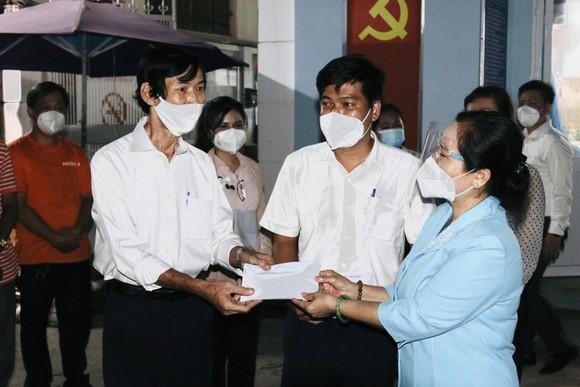 Chủ tịch HĐND TPHCM Nguyễn Thị Lệ thăm hỏi, động viên cán bộ cơ sở tại quận 3 ảnh 1