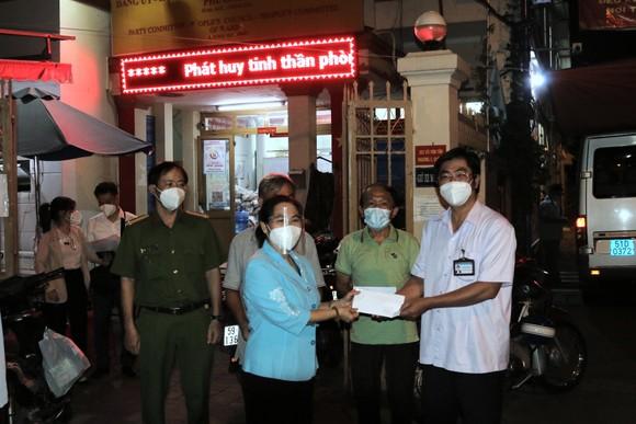 Chủ tịch HĐND TPHCM Nguyễn Thị Lệ thăm hỏi, động viên cán bộ cơ sở tại quận 3 ảnh 3