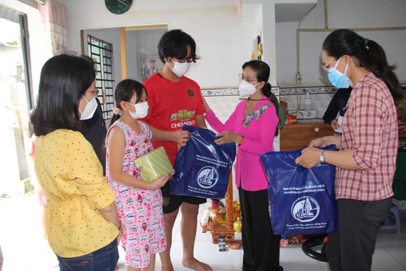 Huyện Bình Chánh trao gửi yêu thương tới trẻ em mồ côi vì Covid-19 ảnh 1