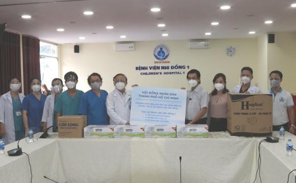 Chủ tịch HĐND TPHCM Nguyễn Thị Lệ tặng sữa cho trẻ em mắc Covid-19 ảnh 6