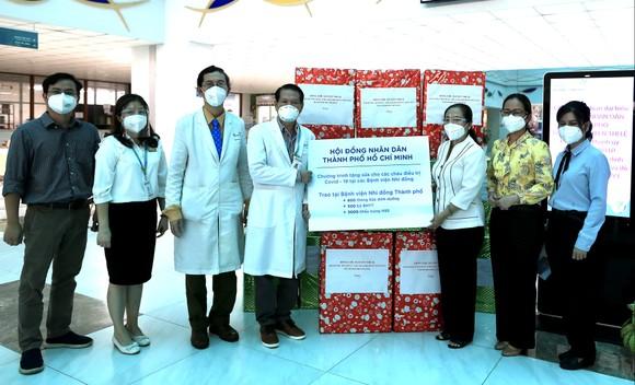 Chủ tịch HĐND TPHCM Nguyễn Thị Lệ tặng sữa cho trẻ em mắc Covid-19 ảnh 3