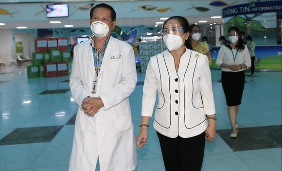 Chủ tịch HĐND TPHCM Nguyễn Thị Lệ tặng sữa cho trẻ em mắc Covid-19 ảnh 4