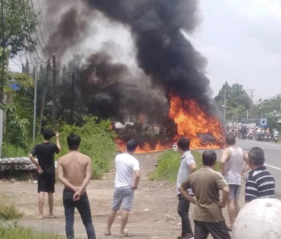 Cháy xe 16 chỗ, một hành khách tử nạn ảnh 1