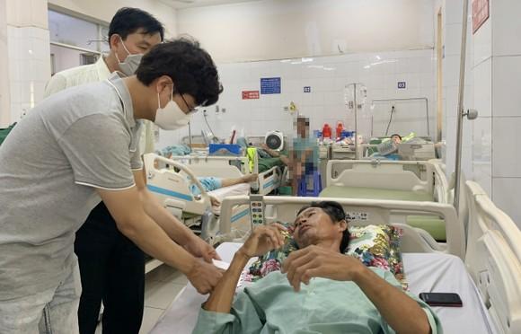 đại diện của Công ty Cổ phần AV Healthcare Việt Nam thăm nạn nhân vụ sập tường tại bệnh viện.