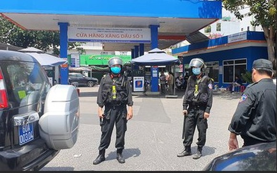 Lực lượng công an phong toả, khám xét cửa hàng xăng dầu số 1 (đường Nguyễn Kiệm, phường 3, quận Gò Vấp, TPHCM)
