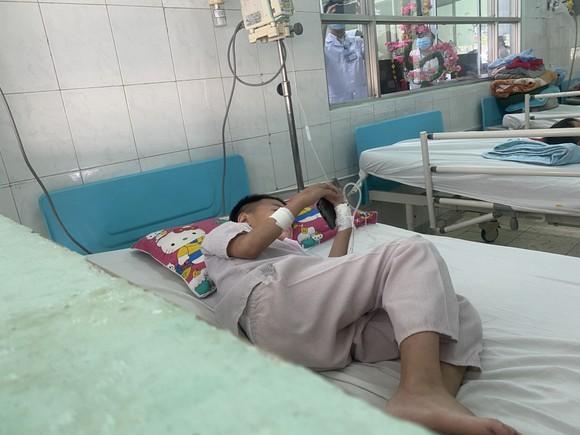 Nhặt lọ thuốc chuột trên đường đi học về, 2 học sinh cấp 1 mở uống và thương vong ảnh 2