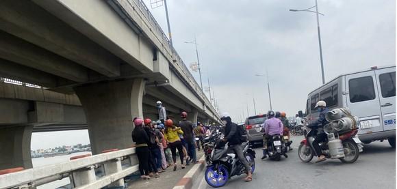 Một phụ nữ để lại xe máy trên cầu Hóa An rồi nhảy xuống sông mất tích ảnh 1