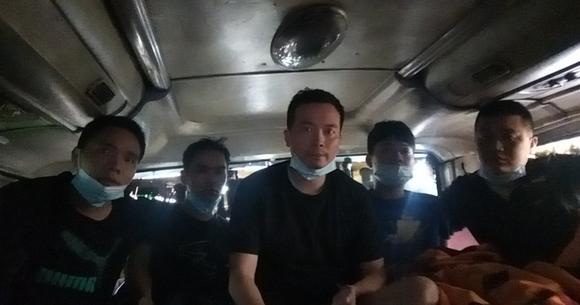 Phát hiện 5 người Trung Quốc nhập cảnh trái phép trốn trong thùng carton trên xe khách ảnh 2