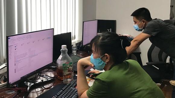 Lực lượng công an đang kiểm tra trụ sở làm việc của Công ty TNHH Việt Khánh