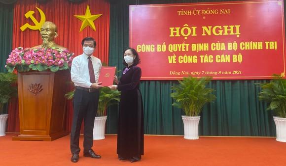 Đồng chí Trương Thị Mai trao quyết định cho đồng chí Nguyễn Hồng Lĩnh